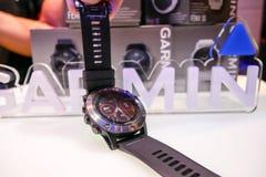 O relógio esperto de Garmin Fenix 5 foi revelado em Tailândia foto de stock