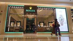O relógio famoso Rolex marca a loja em Siam Paragon Mall 4K Compra luxuosa da forma para turistas em Ásia Banguecoque, Tailândia video estoque