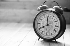 O relógio retro com número antigo está mostrando a 8 o o& x27; pulso de disparo Imagem de Stock