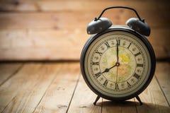 O relógio retro com número antigo está mostrando a 8 o o& x27; pulso de disparo Foto de Stock Royalty Free