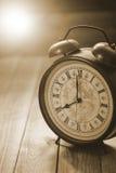 O relógio retro com número antigo está mostrando a 8 o o& x27; pulso de disparo Fotos de Stock