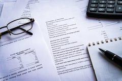 O relatório da declaração de rendimentos com calculadora, documento é modelo fotografia de stock