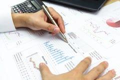 O relatório de Summary do homem de negócios e a análise financeira introduzem no mercado o plano Imagem de Stock Royalty Free