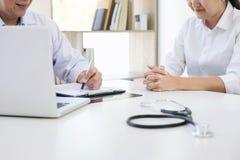 O relatório do professor Doctor e recomenda um método com trea paciente Imagem de Stock