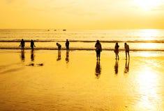 O relaxamento dos povos no azul brilhante Fotografia de Stock Royalty Free