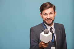 O repórter masculino considerável está pedindo a entrevista Fotografia de Stock