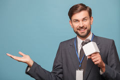 O repórter novo alegre está trabalhando com alegria Imagens de Stock Royalty Free