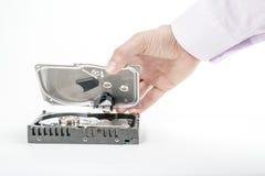 O reparador da mão abre a tampa superior dos 3 2,5 polegadas HDD Foto de Stock Royalty Free