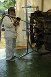 O reparador demonstra o dispositivo para limpar o corpo de carro contra a corrosão imagem de stock