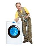 O reparador perto da máquina de lavar imagem de stock royalty free