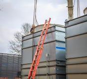 O reparo industrial da unidade de condicionamento de ar inspeciona Imagens de Stock