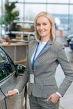 O representante de vendas está a ponto de abrir uma porta de carro Fotografia de Stock