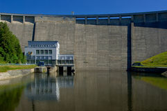 O reservatório e a central energética hidráulica fotos de stock royalty free