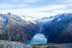 O reservatório sob montanhas altas fotografia de stock royalty free