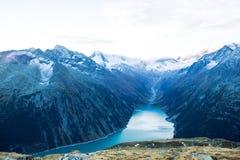 O reservatório sob montanhas altas imagem de stock royalty free