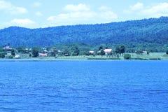 O reservatório tem um fundo bonito das montanhas e do céu Fotografia de Stock Royalty Free