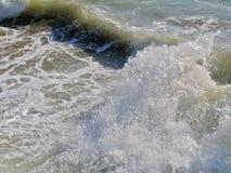 O respingo das ondas do mar Imagens de Stock