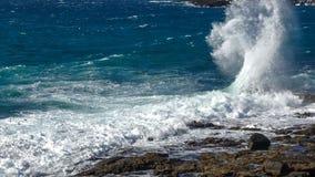 O respingo das ondas na costa foto de stock