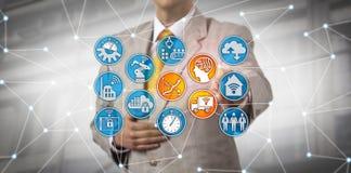 O responsável da logística aumenta a eficiência da logística através do AI foto de stock royalty free