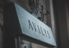 O restaurante de Avilys assina dentro a cidade velha foto de stock royalty free