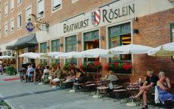 O restaurante o maior da salsicha em Europa imagem de stock royalty free