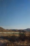 O resto do trem fotografado de um carro dianteiro na estrada de ferro transiberiana Fotografia de Stock