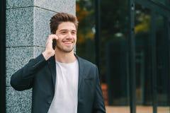 O retrato ascendente próximo do homem de negócios tem a conversação usando o telefone celular O indivíduo do negócio no terno for fotografia de stock royalty free