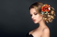 O retrato bonito da mulher com outono floresce no cabelo Fotos de Stock
