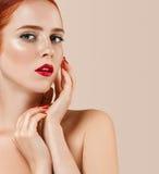 O retrato bonito da mulher com perfeito compõe os bordos e pregos vermelhos do tratamento de mãos imagem de stock royalty free