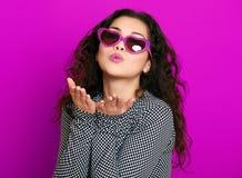 O retrato bonito do encanto da menina na magenta faz o beijo do voo fotografia de stock royalty free