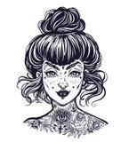 O retrato coberto da mulher com o cabelo do bolo do vintage feito, pisca cara bonita tattooed da menina com sardas ilustração stock