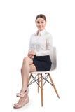 O retrato completo do comprimento da mulher de negócio asiática nova bonita senta-se fotografia de stock royalty free
