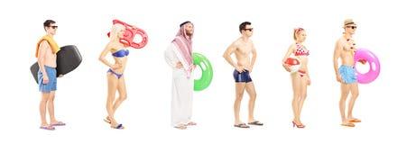 O retrato completo do comprimento de jovens com verão objeta a espera Imagens de Stock Royalty Free