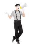 O retrato completo do comprimento de um homem mimica o artista que fala no loudspeak Fotografia de Stock