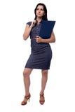 O retrato completo do corpo da mulher de negócio pensa no vestido com a prancheta e a pena, isoladas no branco Imagens de Stock