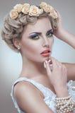 O retrato da beleza da noiva com rosas envolve-se no cabelo Imagens de Stock Royalty Free