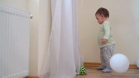 O retrato da criança bonita do bebê joga o ballon em casa, primeiro conceito do aniversário vídeos de arquivo