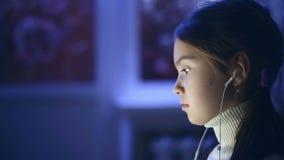O retrato da criança usou o computador na noite video estoque