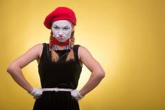 O retrato da fêmea mimica isolado no amarelo Fotos de Stock