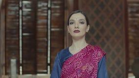 O retrato da fêmea orgulhosa no sari com cabeça guardou alto vídeos de arquivo