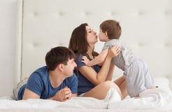 O retrato da família de três povos em pais coloca pijamas vestindo imagens de stock royalty free