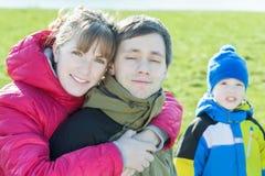 O retrato da família do aperto parents com o filho da criança em idade pré-escolar no fundo fotos de stock royalty free