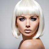 O retrato da forma da jovem mulher com cabelos louros e o preto fazem Imagens de Stock
