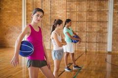 O retrato da High School caçoa a posição com basquetebol Imagem de Stock Royalty Free