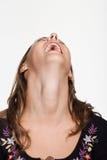 O retrato da jovem mulher com seu dirige para trás o riso imagens de stock royalty free