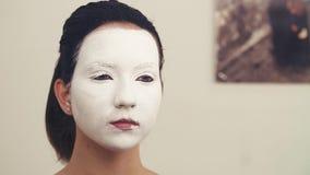 O retrato da jovem mulher compõe dentro o estúdio vídeos de arquivo