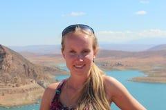 O retrato da jovem mulher no massira do Al da barragem, armazenamento grande da água em Marrocos, fundo Foto de Stock