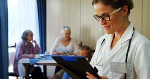 O retrato da leitura fêmea do doutor relata 4k video estoque
