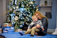 O retrato da mãe feliz e o filho comemoram o Natal Feriados do ` s do ano novo imagem de stock