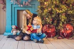 O retrato da mãe feliz e o menino adorável comemoram o Natal Feriados do ` s do ano novo Criança com a mamã no r festiva decorado Imagem de Stock